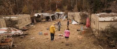 Ihre Geocaching-Suche führt die Gruppe auf einen verlassenen Camping-Platz.  Foto: Han/Thalhammer © MovieBrats, Dragonfly Films,NFP*