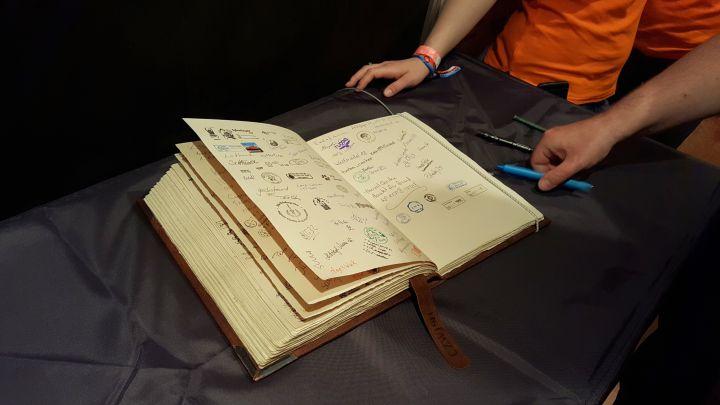Logbuch am Ausgang der Ausstellung